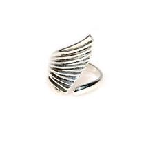 Серебристое кольцо - крыло с золотистым отливом