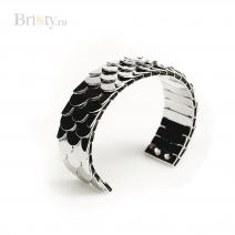Жесткий браслет с серебристыми металлическими чешуйками