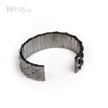 Жесткий браслет с черными металлическими чешуйками